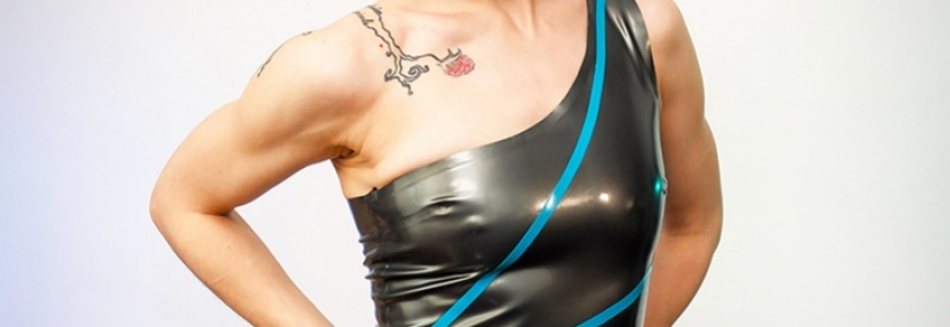 Photoshoot - Rack Framboise in three different latex dresses